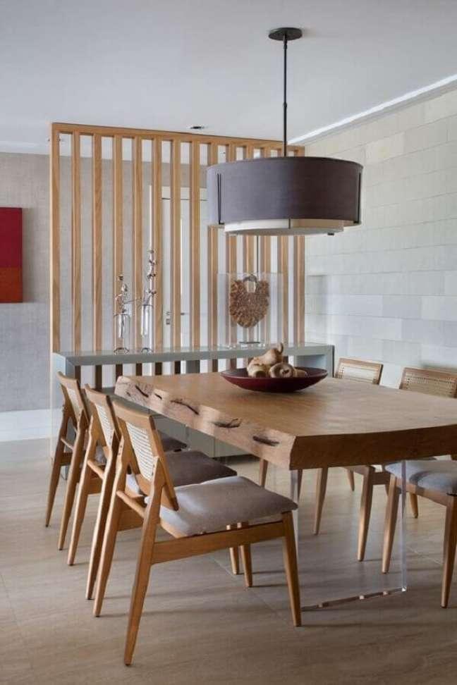 48. Luminária para sala de jantar cinza claro decorada com mesa de madeira moderna – Foto: Casa de Valentina