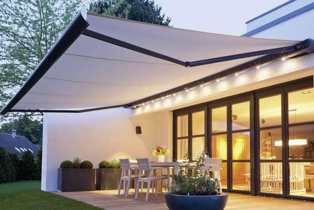 2. Varanda moderna decorada com toldo e iluminação – Foto Sol e Mar Toldos