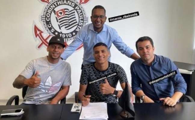 Rodrigo Varanda assinou a renovação com o Corinthians acompanhado do pai (Foto: Reprodução/Instagram)