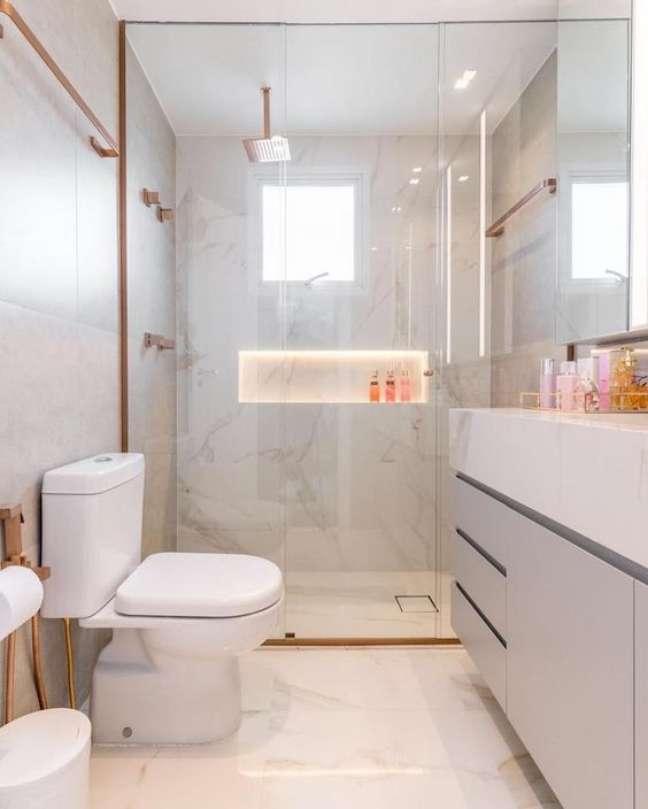 25. Nicho de embutir para banheiro moderno com revestimento marmorizado branco – Foto pinterest