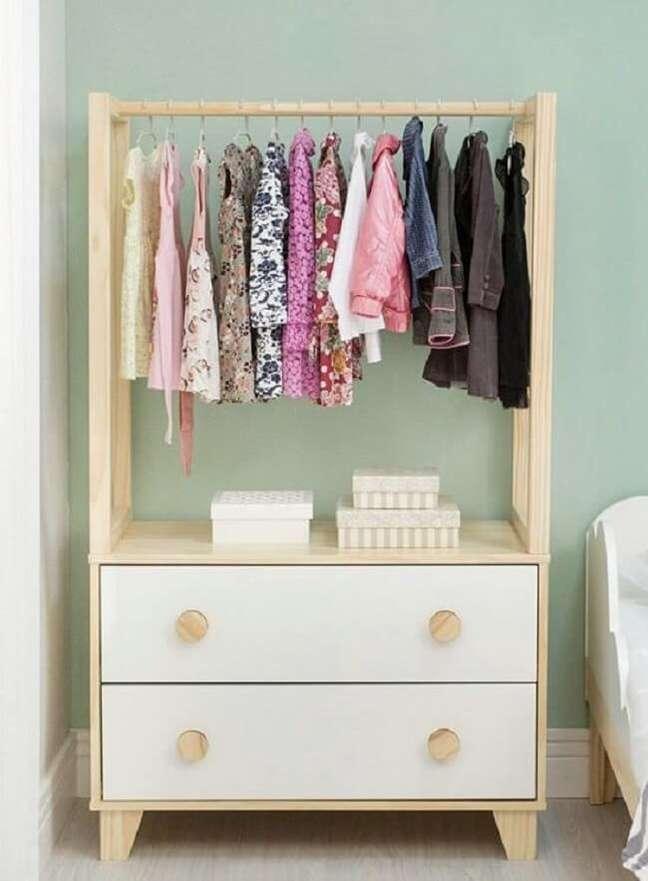 44. Mantenha a organização no quarto das crianças com a arara de madeira. Fonte: Pinterest