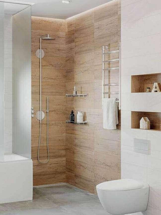 34. Porcelanato para banheiro amadeirado dentro do box com nicho de embutir para banheiro moderno – Foto Pinterest