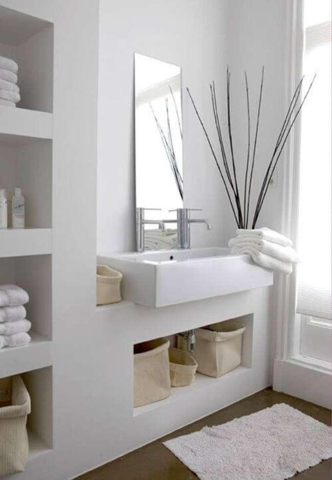 27. Nicho de embutir para banheiro organizado e branco – Foto Pinterest