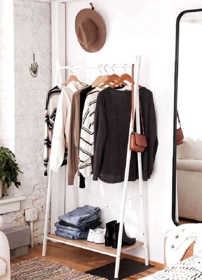 19. Arara de madeira branca acomoda várias peças de frio. Fonte: Pinterest