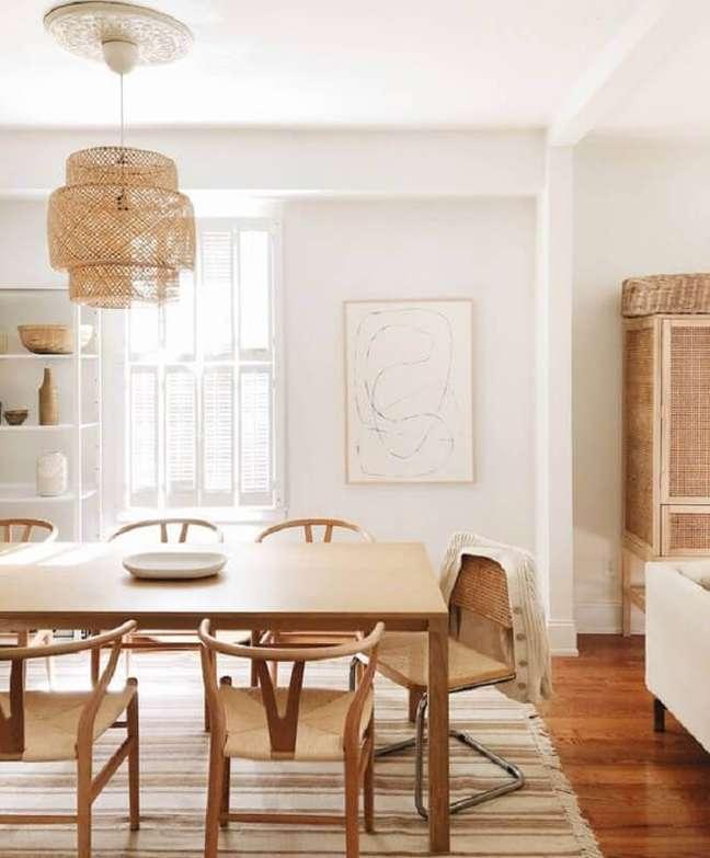 1. Decoração em cores neutras com luminária rústica para sala de jantar – Foto: Hellø Blogzine