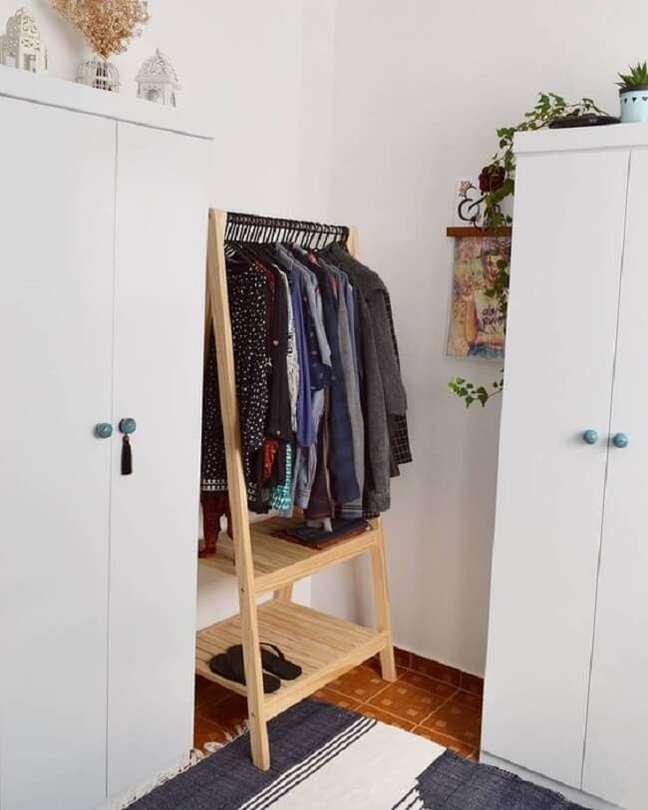 62. Reserve um cantinho no quarto para colocar a arara de madeira. Fonte: Cafofo Nº 5