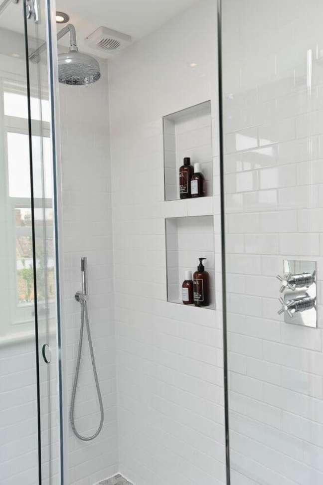 17. Nicho de embutir para banheiro com revestimento porcelanato para banheiro branco e moderno – Foto Pinterest