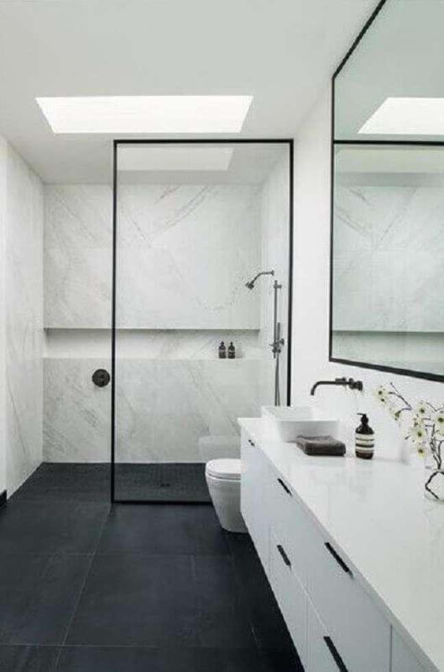 9. Nicho de embutir para banheiro com piso porcelanato preto e armário branco – Foto-Arkpad