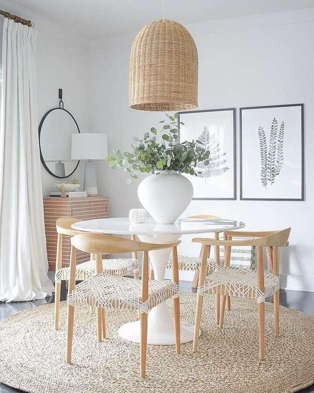 22. Decoração em cores neutras com luminária de teto para sala de jantar – Foto: ZDesign at Home