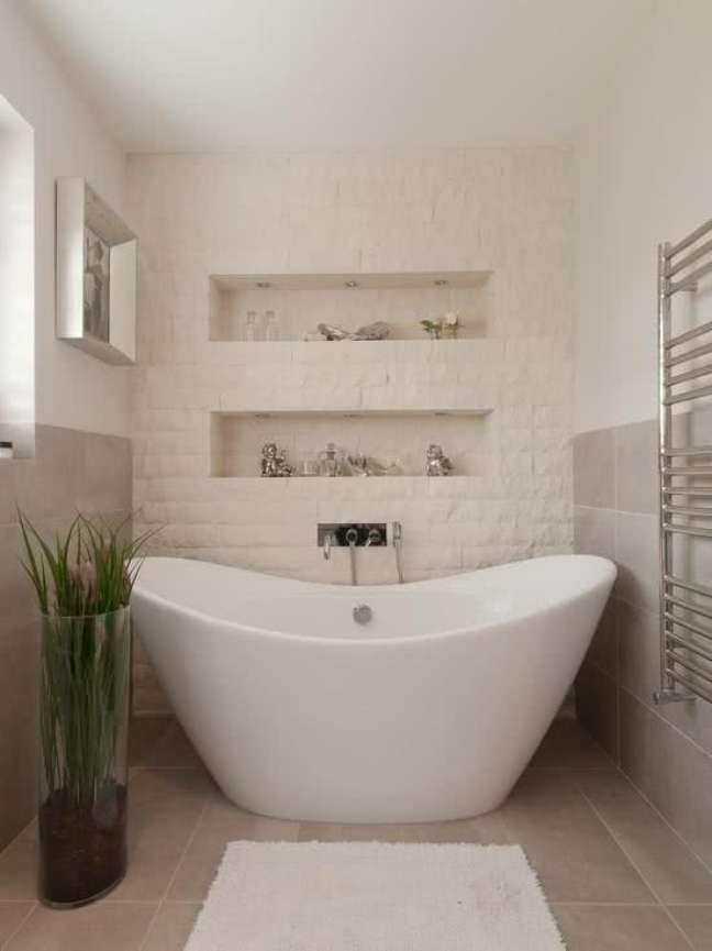 28. Nicho de embutir para banheiro pequeno com banheira branca – Foto Pinterest