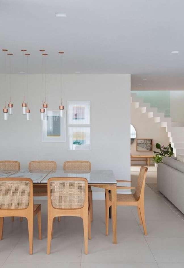 37. Luminária de teto para sala de jantar moderna decorada em cores claras com cadeira de palha – Foto: Casa de Valentina