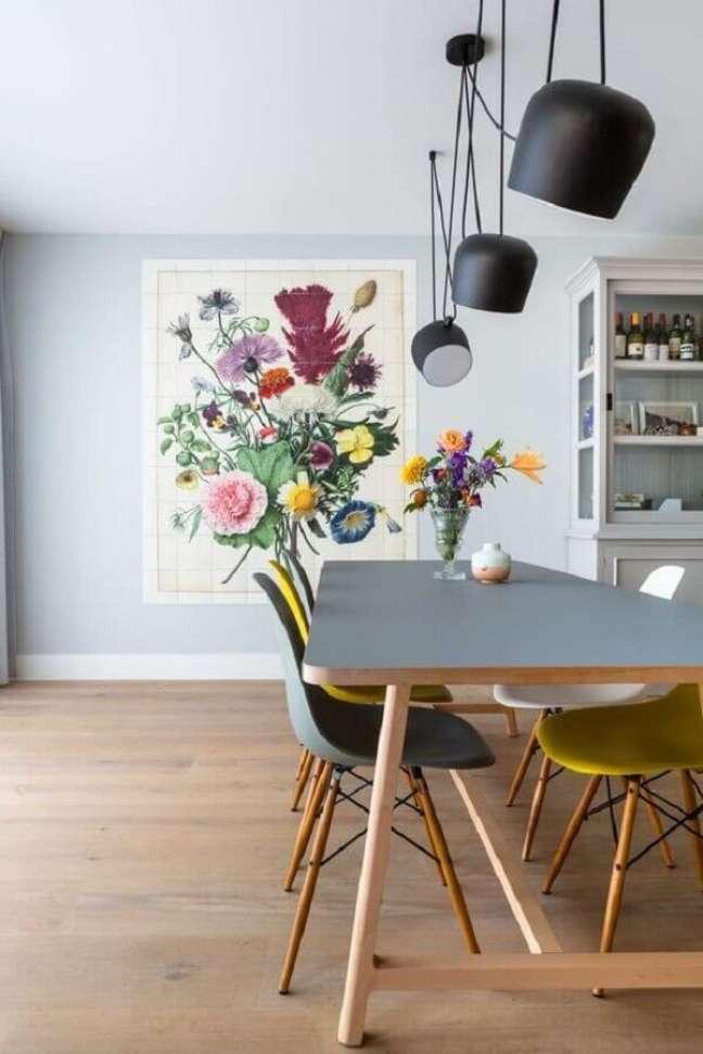 71. Modelo diferente de luminária para sala de jantar decorada com cadeiras coloridas – Foto: Huize Herfst