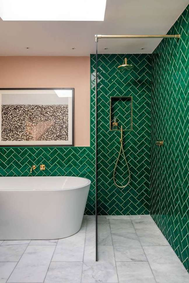 57. Decoração de banheiro com revestimento verde – Foto Pufik Homes