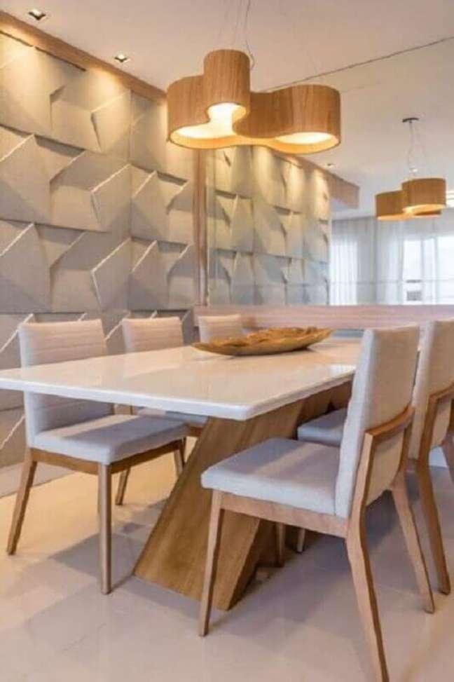 30. Luminária de madeira para sala de jantar branca decorada com revestimento 3D – Foto: Jeito de Casa