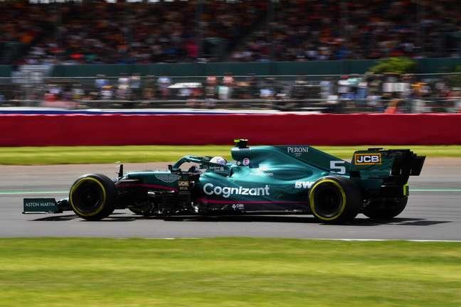 Sebastian Vettel acelera em Silverstone durante o treino livre 1 do GP da Inglaterra