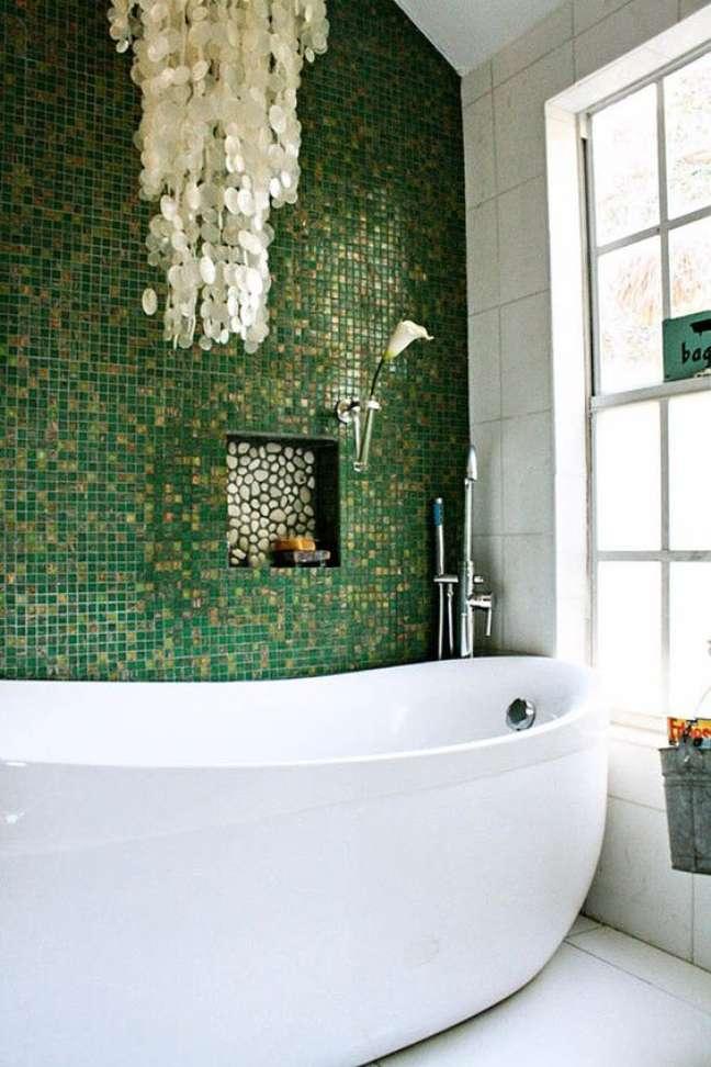 40. Revestimento verde para banheiro com nicho de embutir moderno – Foto Tile Moutain