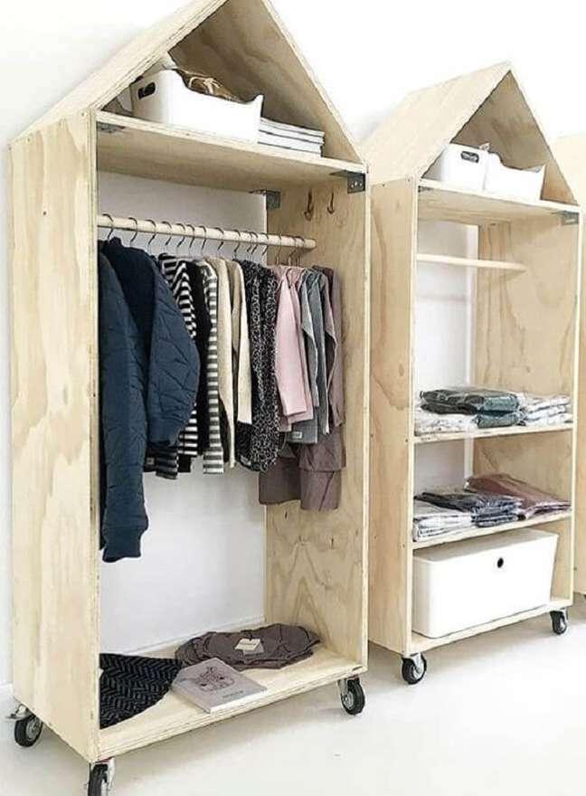 13. A arara de madeira em formato de casinha traz uma nova perspectiva ao cômodo. Fonte: Pinterest