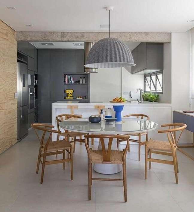 10. Luminária redonda para sala de jantar conjugada com cozinha americana – Foto: Habitare