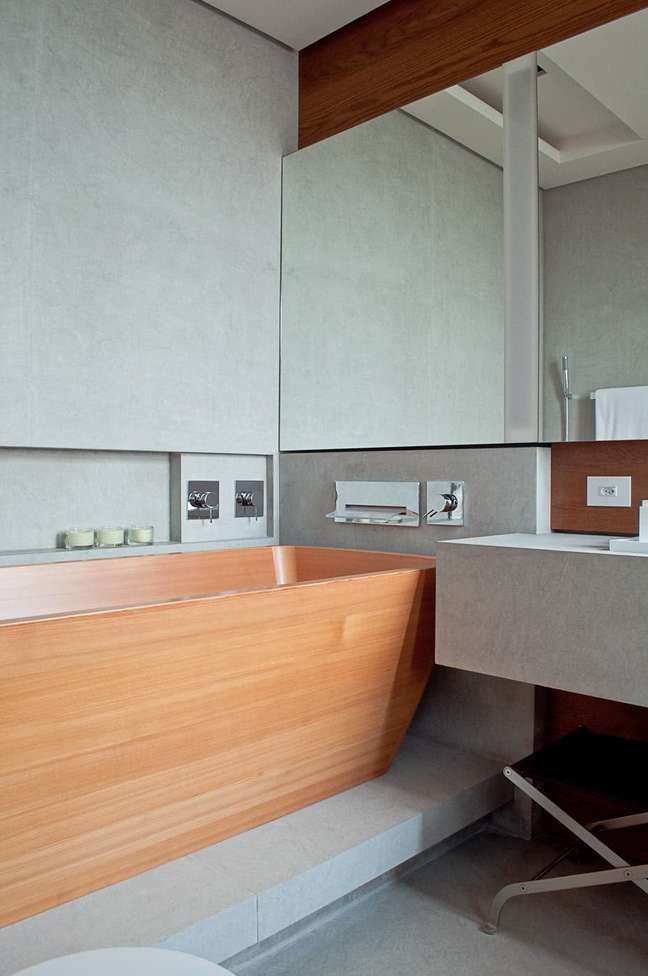 47. Banheiro moderno com nicho de embutir perto da banheira – Foto Pinterest