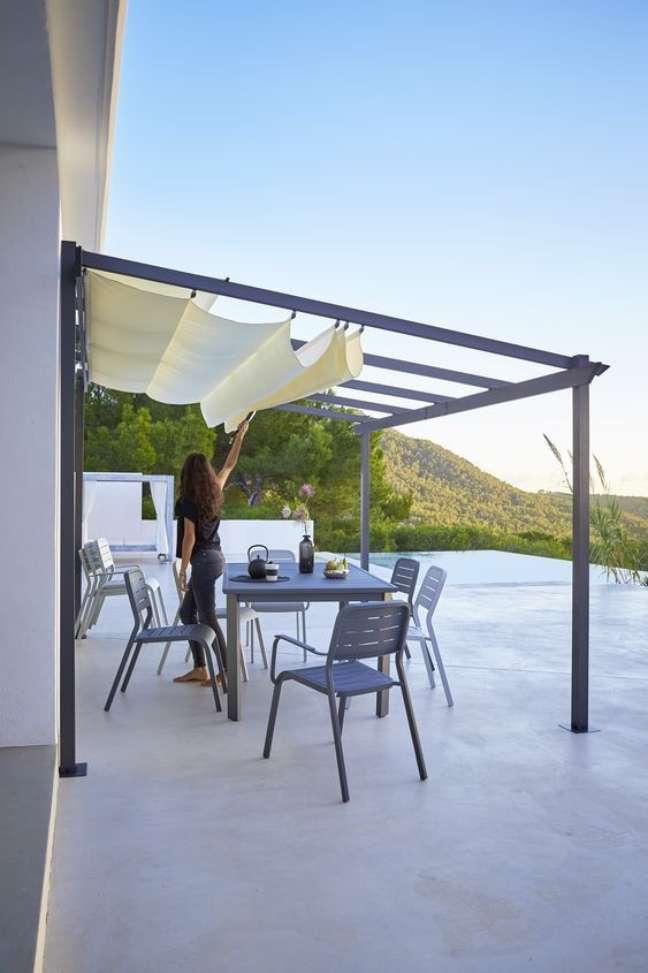 23. Casa moderna com toldo para varanda – Foto Decorated Life