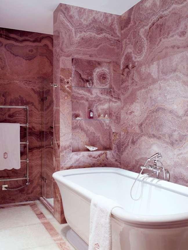 38. Revestimento marmorizado cor de rosa para banheiro com nicho embutido – Foto Stone Theatre