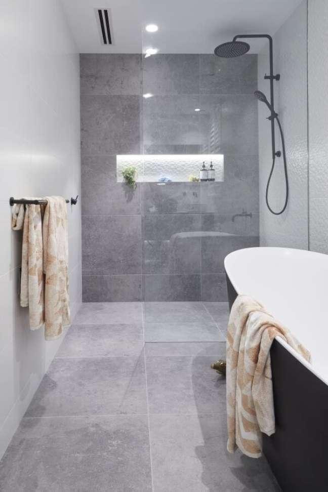 6. Nicho de embutir para banheiro com porcelanato cimento queimado – Foto Pinterest