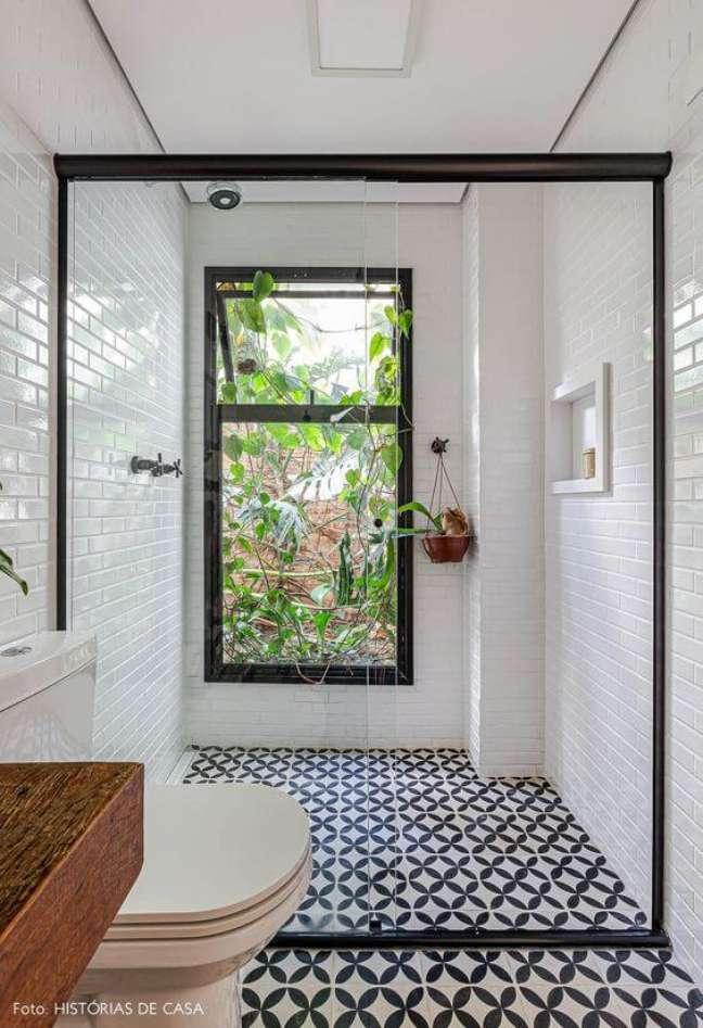 35. Porcelanato para banheiro branco com nicho de embutir na parede – Foto Histórias de Casa
