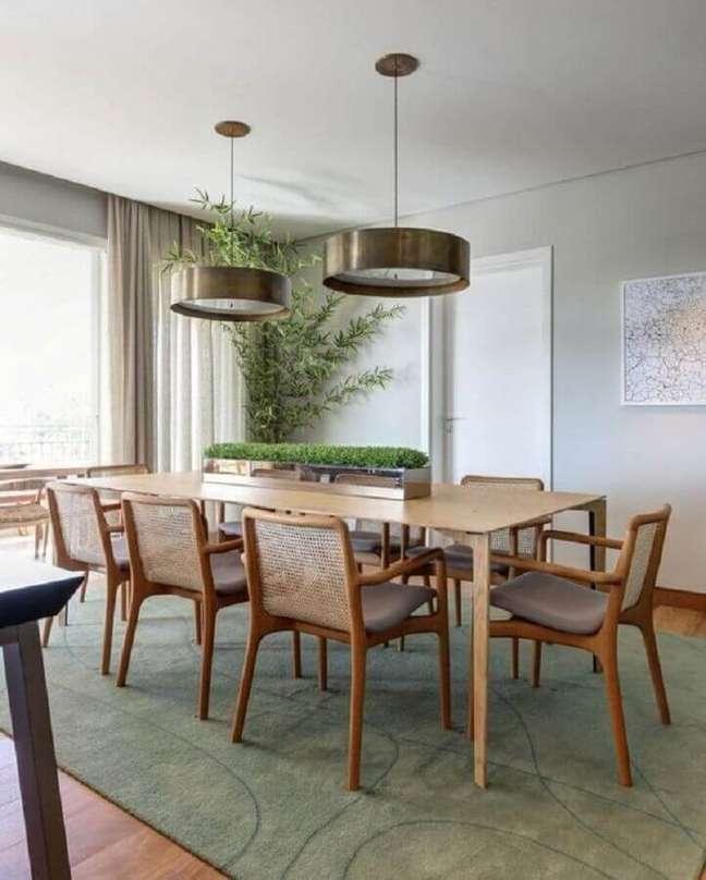 61. Luminária redonda de cobre para sala de jantar decorada com móveis de madeira – Foto: Casa de Valentina