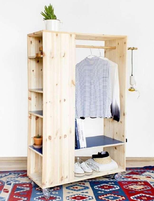 1. Arara de madeira para roupas com nichos laterais que ajudam na organização. Fonte: Pinterest