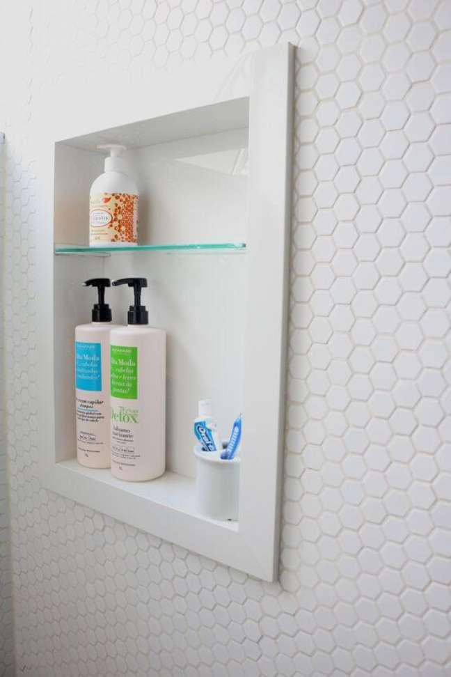7. Nicho de embutir para banheiro com porcelanato para banheiro branco – Foto descomum