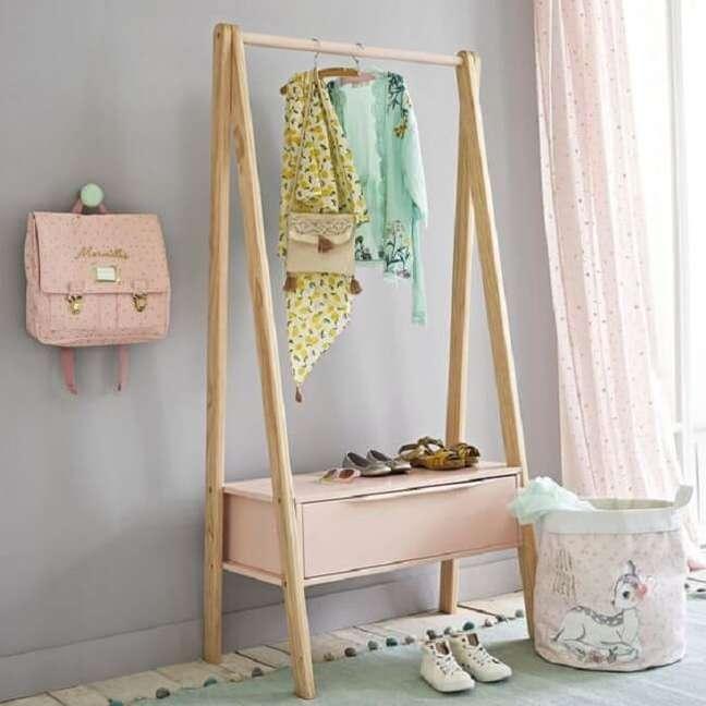 9. A arara de madeira com gaveta ajuda na organização do cômodo. Fonte: Pinterest
