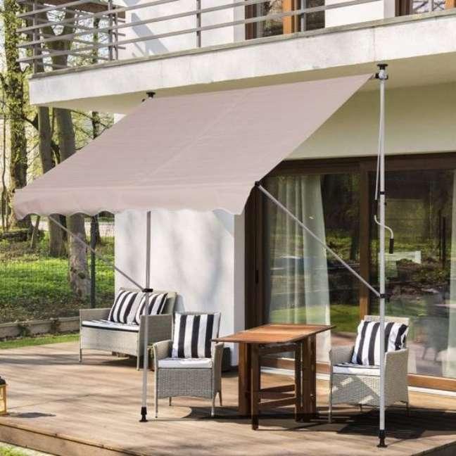 10. Toldo para varanda com móveis impermeáveis e decoração aconchegante -Foto Kuanto Kusta