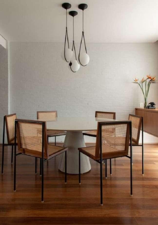 15. Decoração clean com luminária moderna para sala de jantar com mesa redonda – Foto: Pinterest