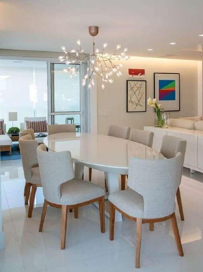 18. Decoração clean com mesa oval e luminária para sala de jantar – Foto: Pinterest