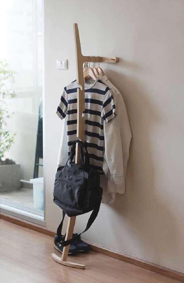 54. Na falta de espaço opte por uma mini arara de madeira simples. Fonte: Pinterest