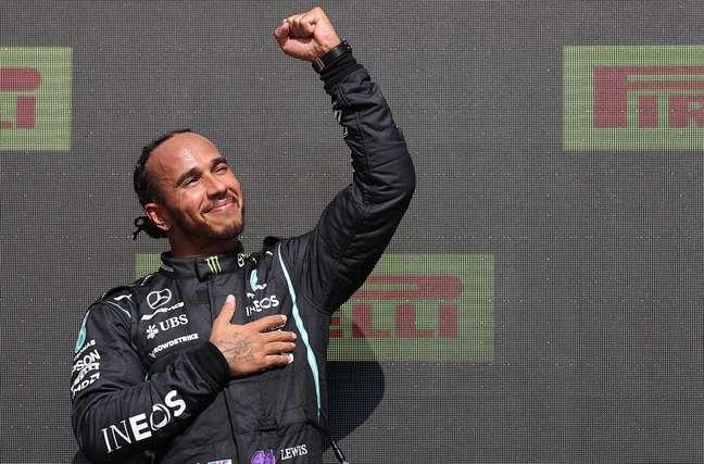 Hamilton vibra com a vitória no GP da Inglaterra