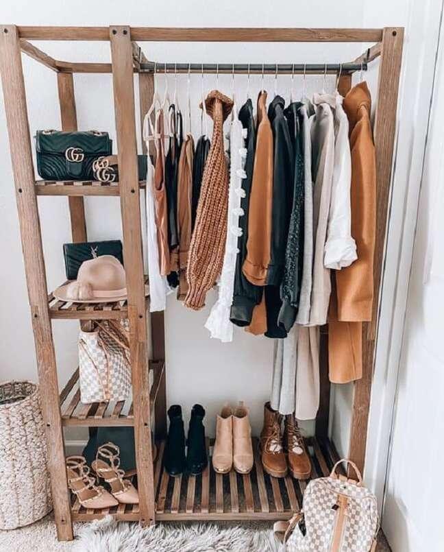 2. Arara de madeira com nichos laterais para organização de sapatos e bolsas. Fonte: Pinterest