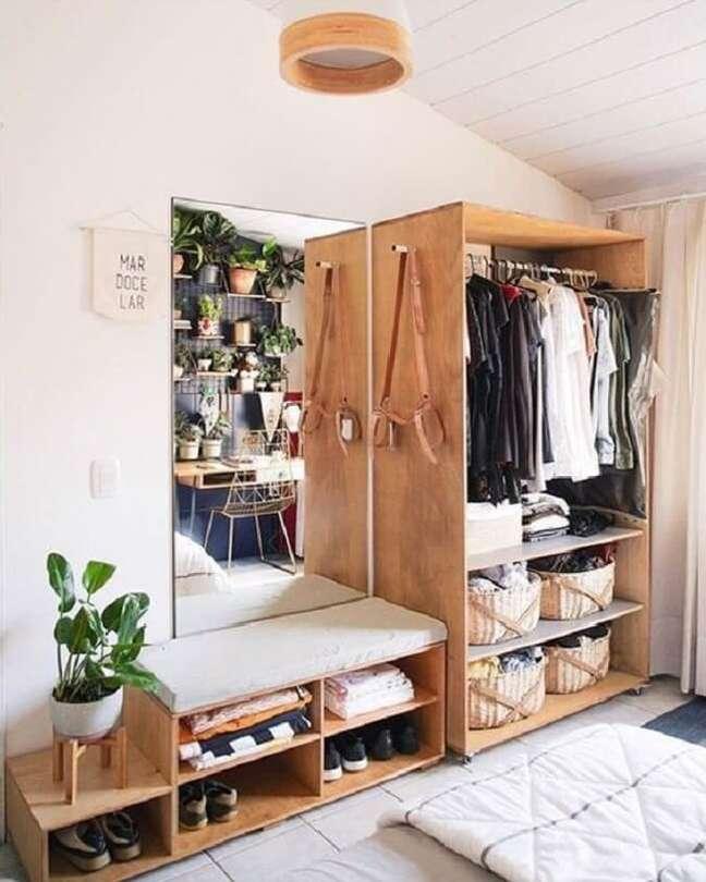 12. A arara de madeira do quarto se conecta com os demais móveis do dormitório. Fonte: Blog da Mariely Del Rey