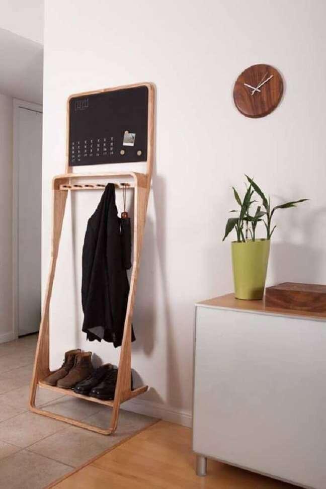 36. Arara de madeira para roupas com quadro de tarefas. Fonte: Pinterest