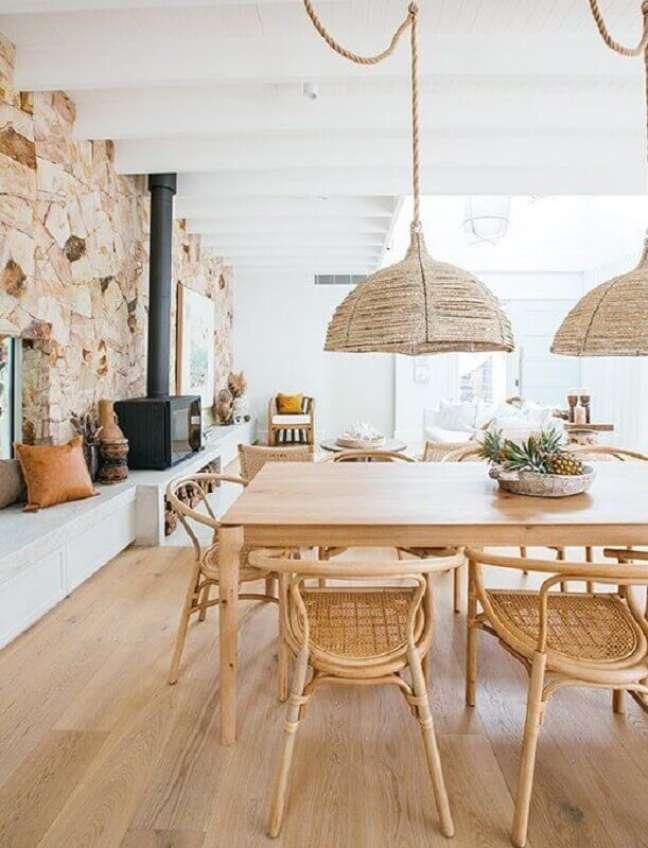 7. Luminária rústica para sala de jantar decorada com mesa e cadeira de madeira – Foto: west elm