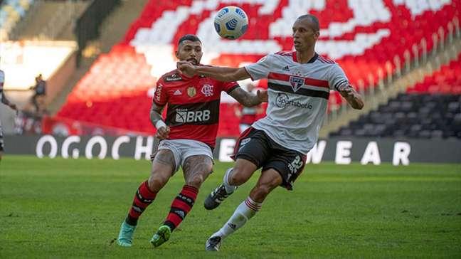 Gabigol em duelo direto com Miranda: Flamengo goleou o São Paulo no Maracanã (Foto: Alexandre Vidal / Flamengo)