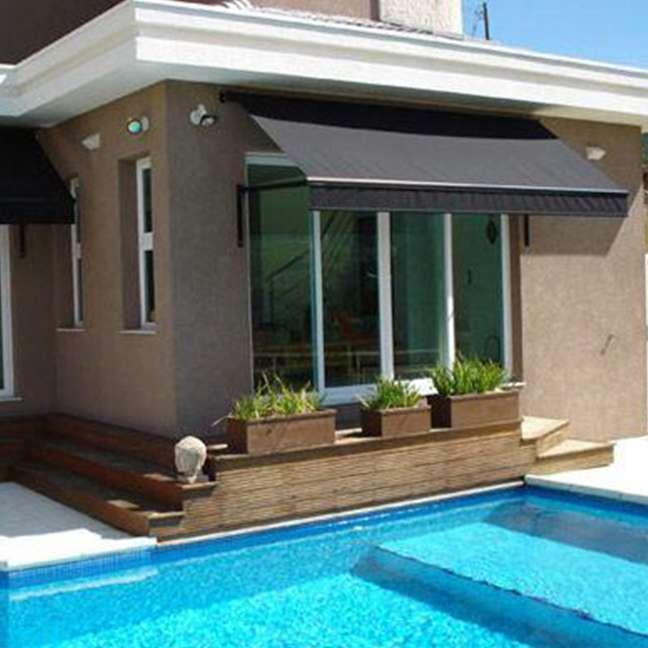 32. Toldo para varanda pequena de casa com piscina – Foto Sulesol Toldos