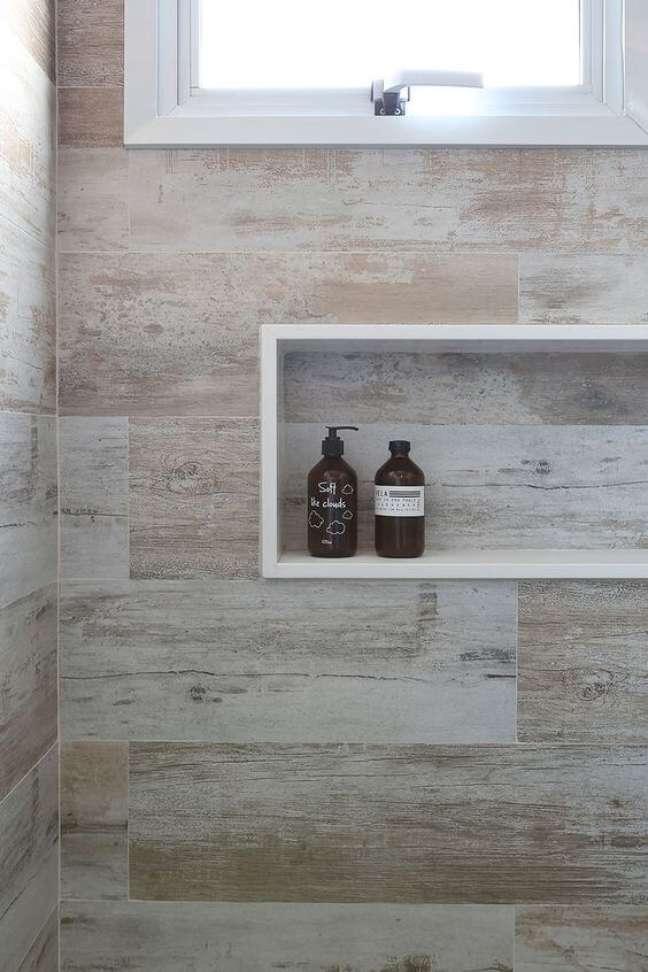 30. Nicho de porcelanato para banheiro amadeirado – Foto A casa da Valentina
