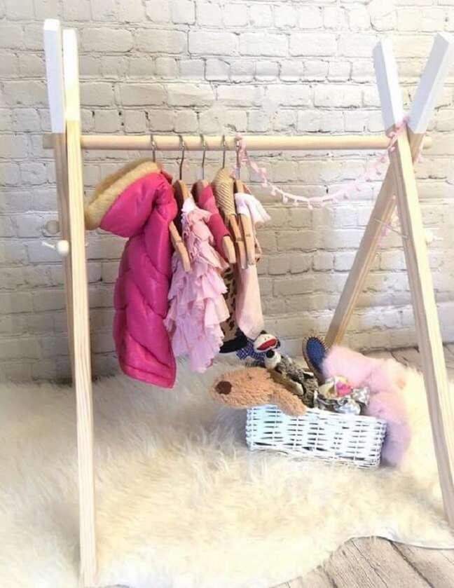 60. O quarto infantil pode ficar ainda mais especial na presença da arara de madeira. Fonte: Etsy