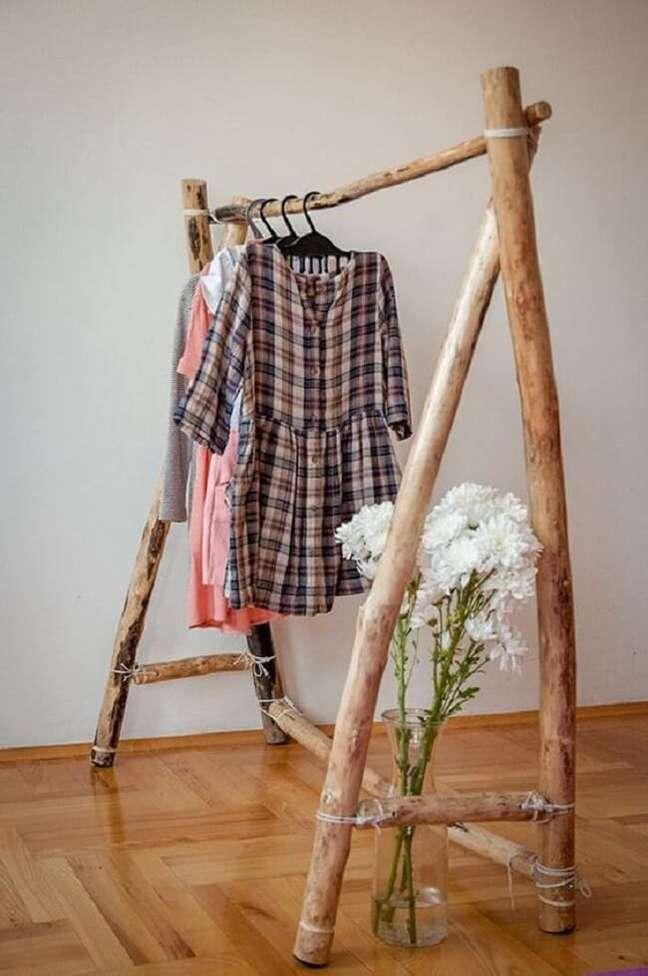 40. Arara de roupas em madeira rústica. Fonte: Pinterest
