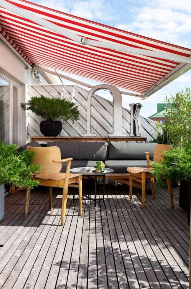 28. Toldo para varanda listrada em vermelho e branco – Foto Behance