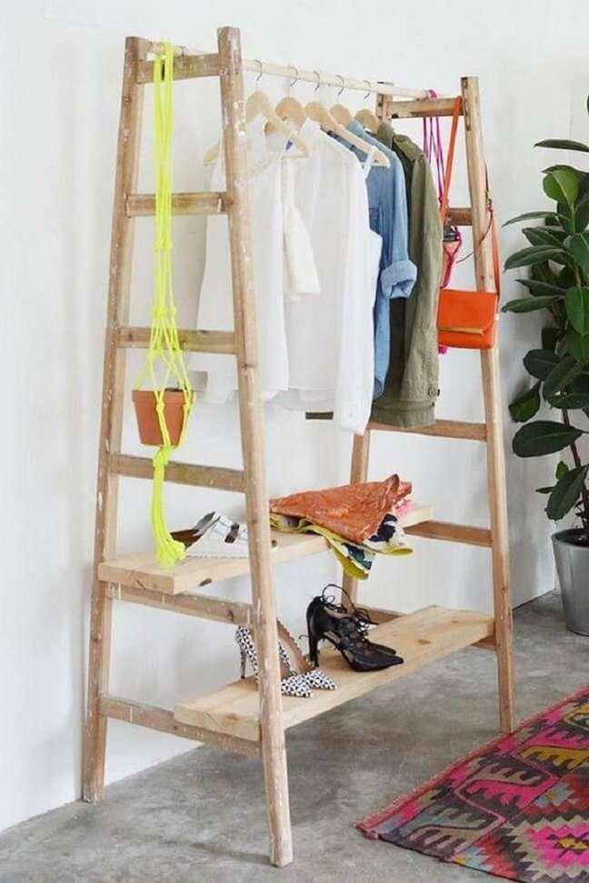 52. Modelo de arara de roupas de madeira feita com materiais disponíveis em casa. Fonte: Casa de Valentina