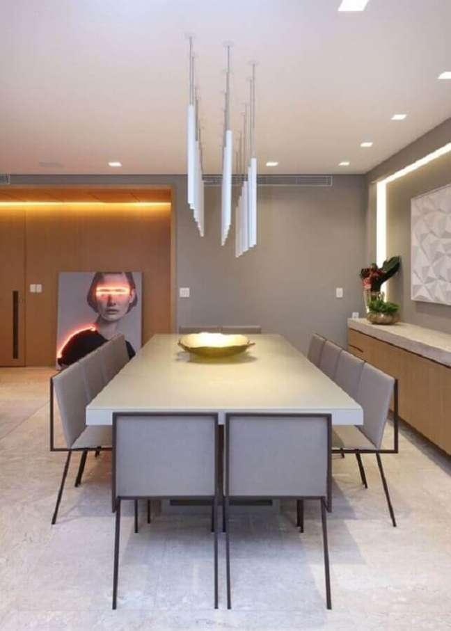 9. Luminária para sala de jantar moderna decorada em tons de cinza com madeira – Foto: Houzz
