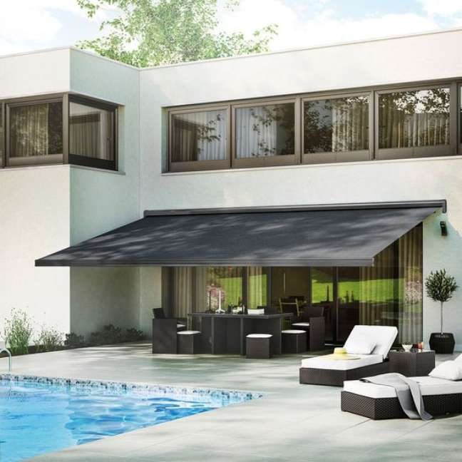 35. Toldo para varanda preto na varanda moderna com piscina – Foto Marie Claires