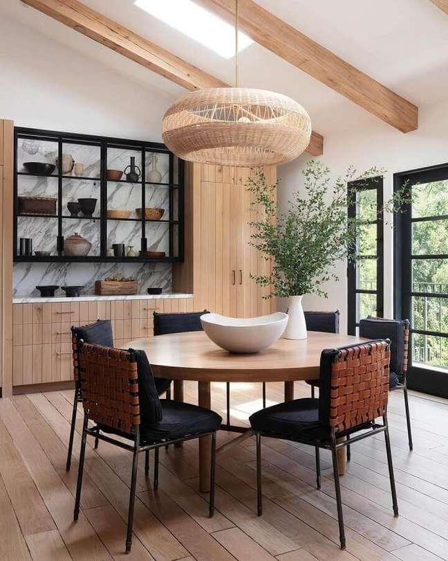 64. Luminária rústica para sala de jantar amadeirada decorada com mesa redonda – Foto: Pinterest
